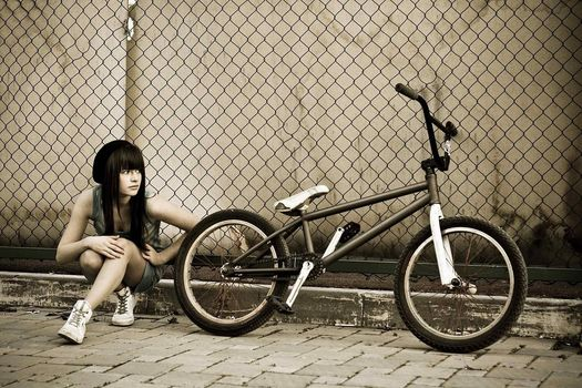 girl, sitting, looks, BMX, fence, net, tratuar