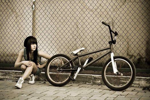 Девушка, сидит, смотрит, BMX, забор, сетка, тратуар
