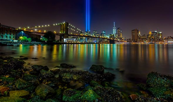 Brooklyn Bridge, Manhattan, New York City, East River, Tribute in Light, Бруклинский мост, Манхэттен, Нью-Йорк, Ист-Ривер, Посвящение в свете, инсталляция, лучи, ночной город, мост, пролив, камни