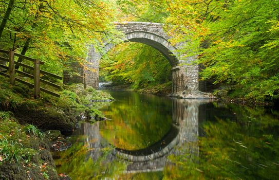 Holne Bridge, River Dart, Dartmoor, Devon, England, Холн-Бридж, река Дарт, Дартмур, Девон, Англия, мост, арка, река, отражение, лес, деревья, осень