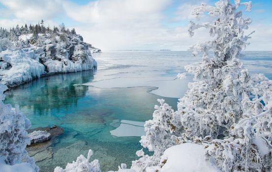 Georgian Bay, Indian Head Cove, Bruce Peninsula National Park, Ontario, Canada, Джорджиан-Бей, Национальный парк Брус, Онтарио, Канада, залив, зима, снег, лёд, дерево