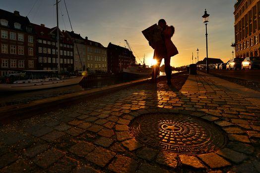 Kisenok рулит, Исландия, город, улица, человек, силуэт, солнце, дома, здания, дорога