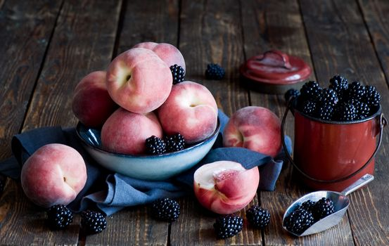 персики, ежевика, ягоды, натюрморт