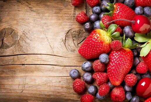 ягоды, клубника, малина, голубика