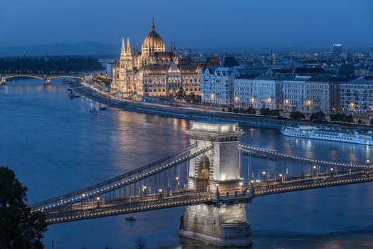 Будапешт, Венгрия, Цепной мост, Река Дунай, Венгерский парламент, Будапешт, Венгрия, Цепной мост, река Дунай, Здание венгерского парламента, река, мосты, здания, набережная, теплоход