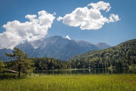 Ferchensee озеро, Миттенвальда, Бавария, Германия, Karwendel, Альпы, озеро Ферхен, Миттенвальде, Бавария, Германия, Karvendel, Альпы, озеро, горы, лес, облака