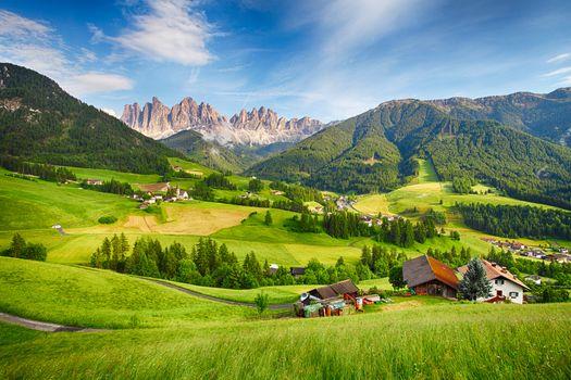 Доломитовые Альпы, Италия, горы, поля, дома, деревья, пейзаж