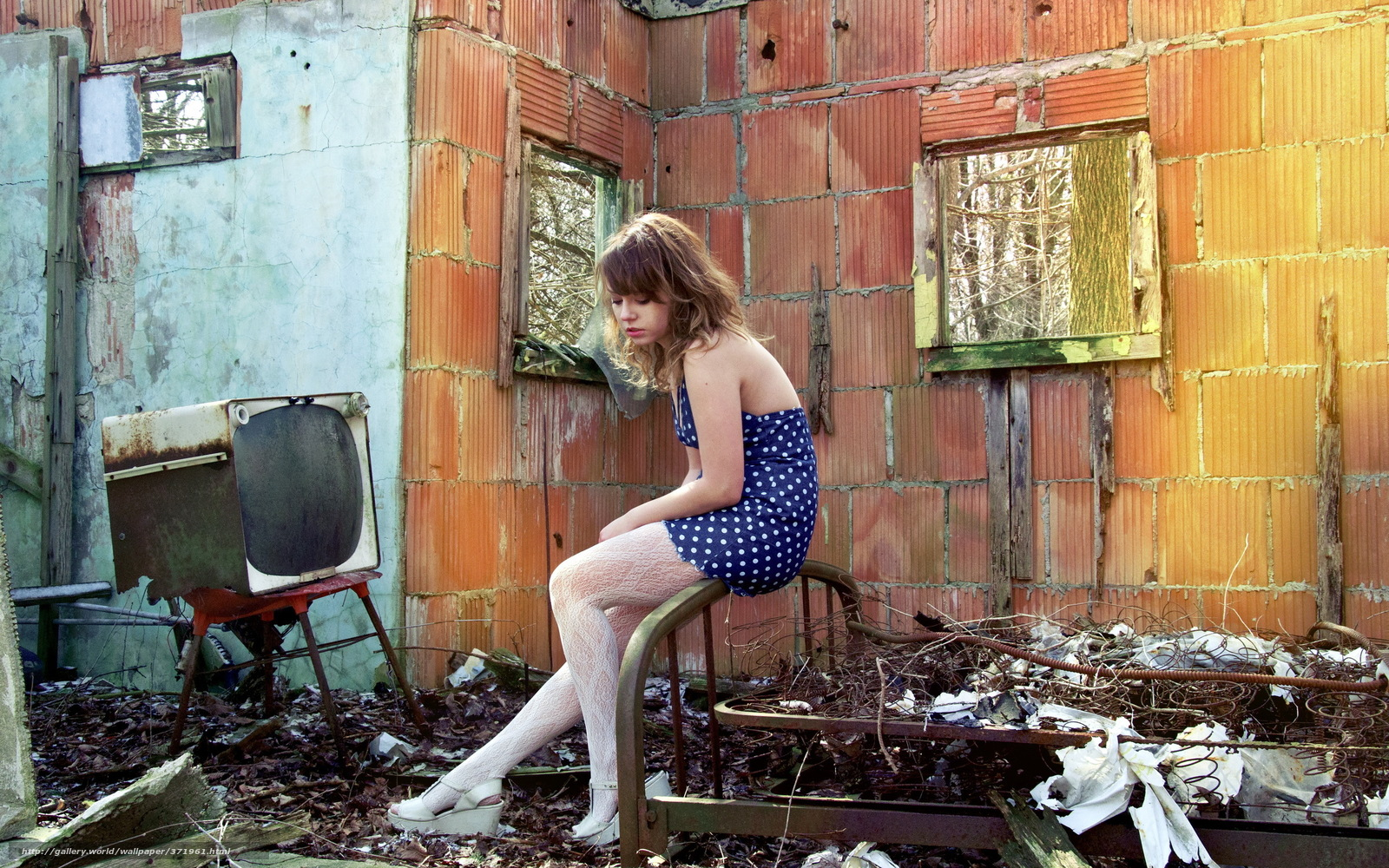 Фото стоящей девушки в доме это