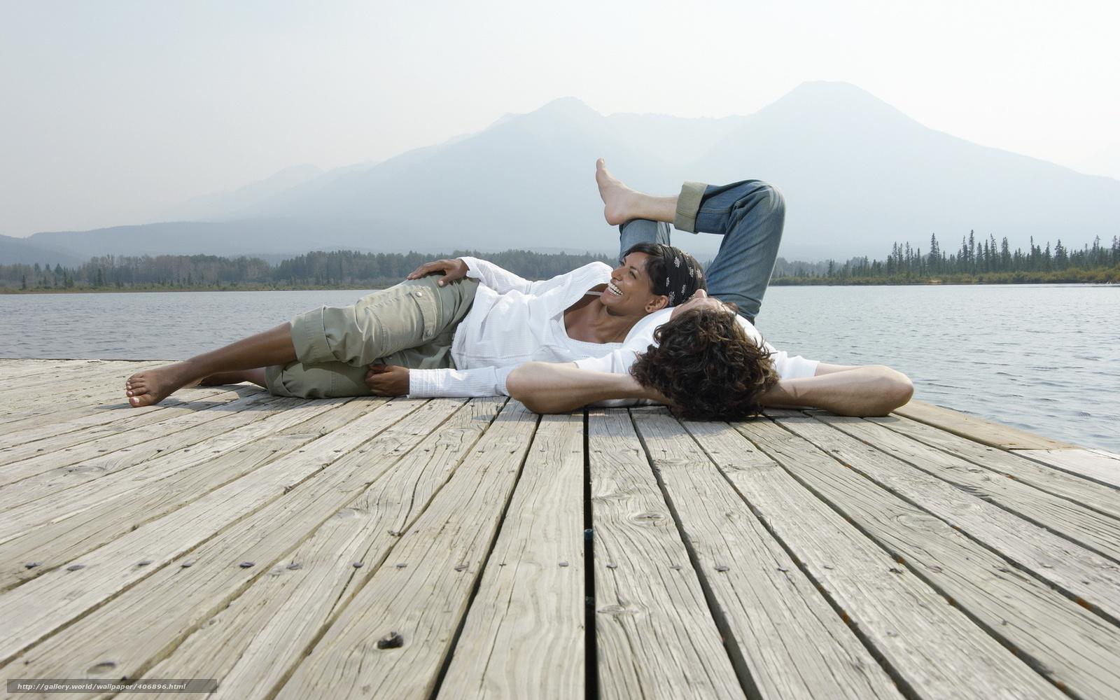 Фото две девушки и парень на природе прощения
