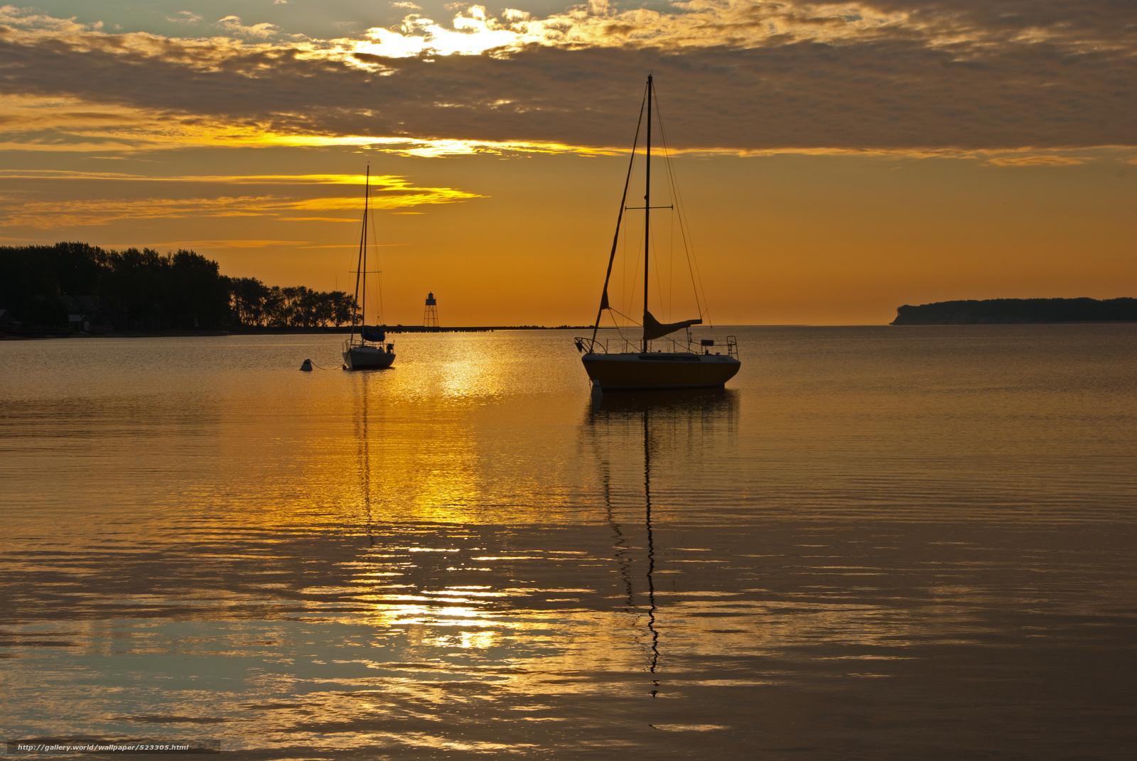 лодка на воде закат
