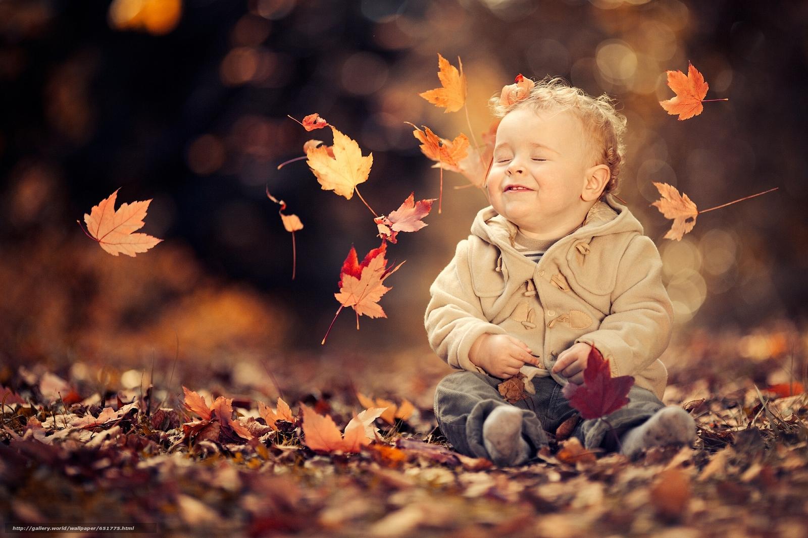Дети и осенние листья фото