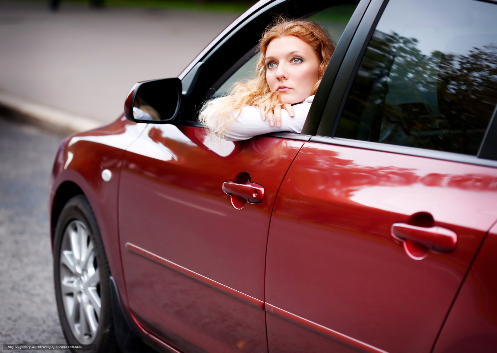 полная женщина в машине следил