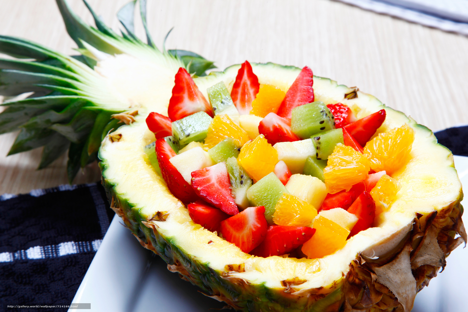 minet-salat-s-ananasami