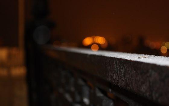 город, ограда, ночь