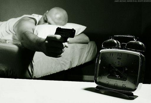 спит, будильник, пистолет