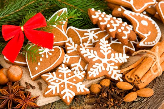 christmas, new year, Cookies, figures, snowflakes, stars, Hearts, Dessert, fir tree, branch, bow, nuts, cinnamon, anise, cloves, spices, table, Hearts, New Year, cookies, glaze, cinnamon