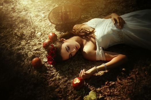 Tuti Chirstopher, poisoned apples, apples, basket, wreath, situation