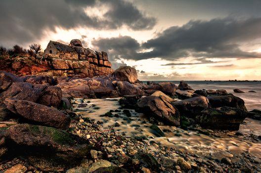 Kisenok рулит, море, камни, скалы, дом, домик, тучи, хмуро, берег, пейзаж