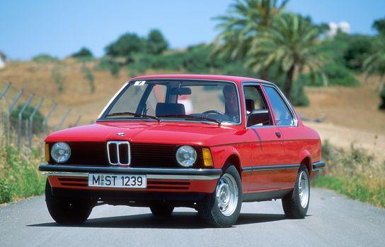 BMW, BMW 316, E21, 3-й серии, 2-дверный седан, BMW, ''трёшка'', двухдверный, седан, красный, дорога, асфальт, обочина, поле, деревья