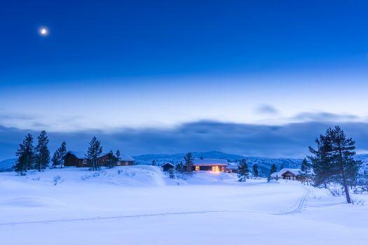 Норвегия, синий час, Закат солнца, сумерки, коттеджи, дома, деревья, снег, зима, сугробы, пейзаж